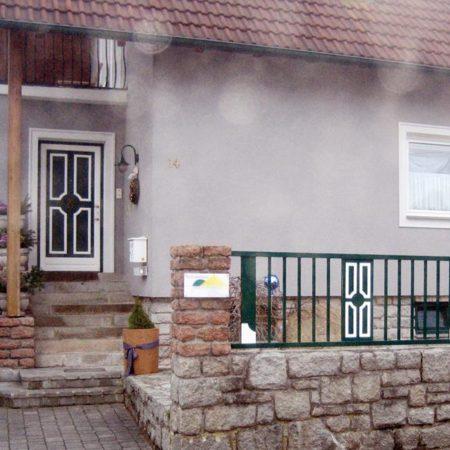 Haustür und Zaun