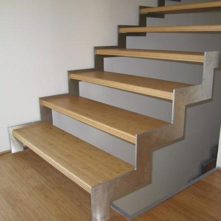 Schwebende Stiegenkonstruktion
