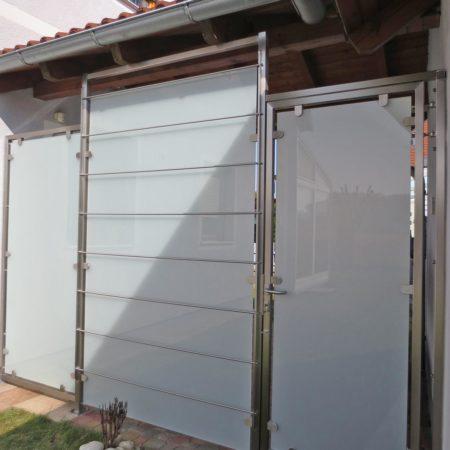 Kombination Sichtschutz, Tür und Rankgerüst