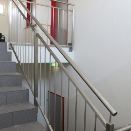 Geländer mit vertikalen Stäben
