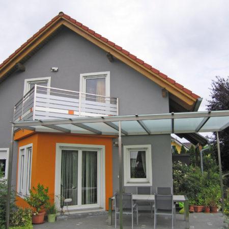 Holzriegelbauweise und Glasüberdachung