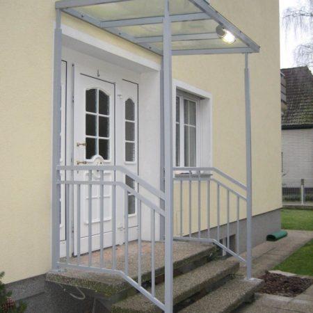 Eingangsüberdachung mit Geländer