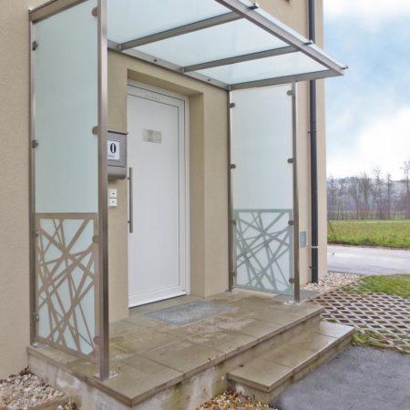 Vordach mit Seitenverglasung