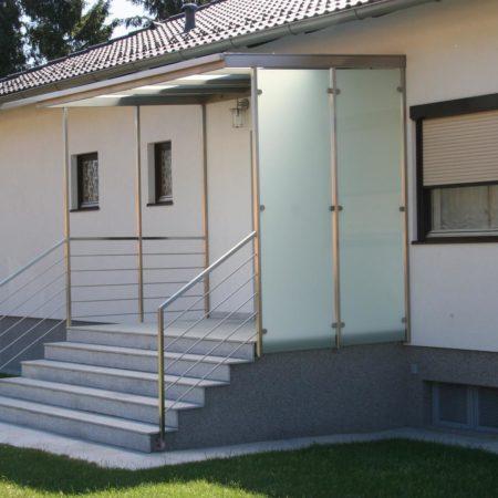 Vordach mit Windschutz und Geländer