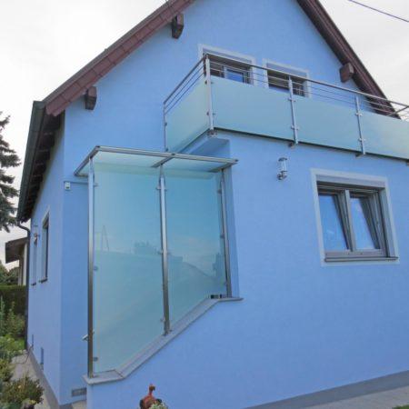 Überdachung und Balkon in einer Stillinie